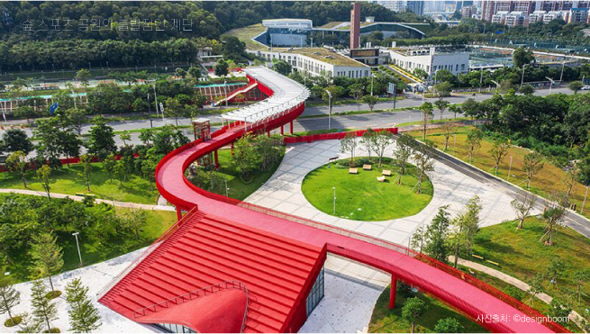 심천의 광밍 지구 '숲과 스포츠 공원'과  이어지는 붉은 고가 보도