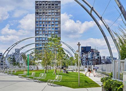 도쿄의 녹색 아치길에 둘러 쌓인 미야시타 공원